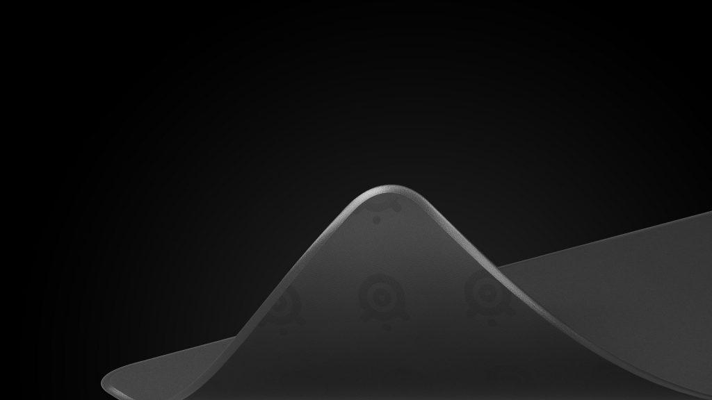 Bàn di chuột SteelSeries QcK Edge Medium 63822 (270 x 320 x 2mm) có đế cao su chắc chắn