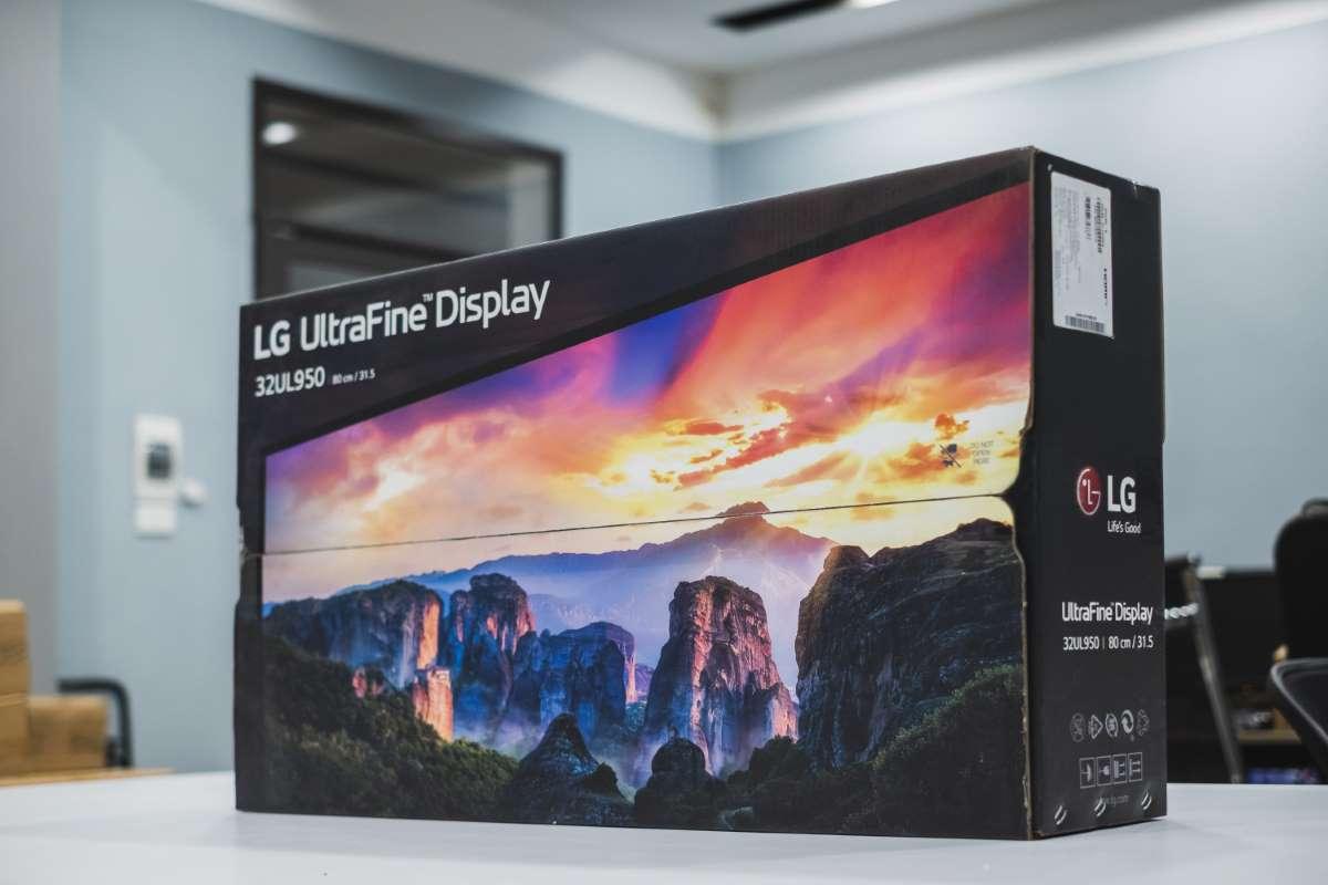 Màn hình LG 32UL950-W hình ảnh thực tế