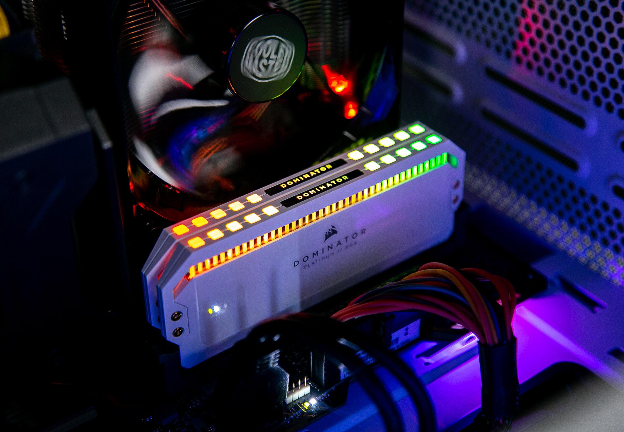 Ram Desktop Corsair Dominator Platinum White RGB (CMT32GX4M2C3200C16W) 32GB  (2x16G) DDR4 3200MHz